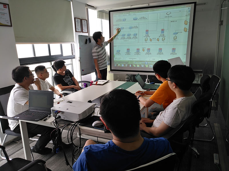 中国某石油分公司服务器接入区的交换机设备使用n9k系列交换机,无法直接堆叠,工程师讲解cisco N9K系列交换机利用串联使其达到堆叠效果的方法。